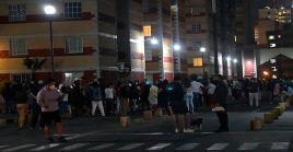 Habitantes salen de sus casas en Ciudad de México, después del sismo de 5.9 en la costa del estado de Guerrero.