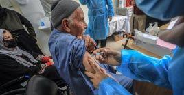 La campaña inició por los trabajadores de la salud y adultos mayores.