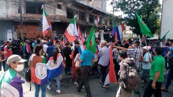 Obreros agrarios se movilizan contra la corrupción en Paraguay.