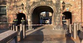 Tras ser evacuado el complejo Binnenhof, sede del Parlamento, los agentes policiales investigaron en el lugar para descartar la presencia de un artefacto explosivo.