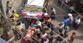 Ciudadanos y miembros de los servicios de emergencia asisten a un hombre herido por disparos de militares en Rangún, ciudad más grande del país.