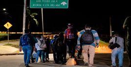 Varios migrantes retornan a la ciudad de San Pedro Sula tras no llegar a la frontera con Guatemala,