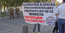 El sacerdote Felipe Berríos denunció que la mayoría de estos jóvenes lleva más de un año en prisión preventiva y sin recibir visitas.