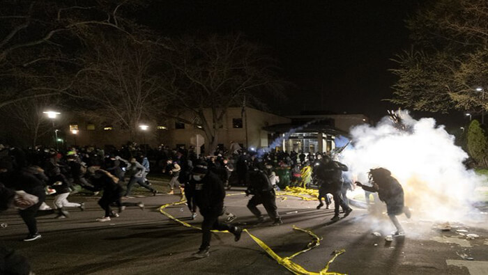Policía de Minneapolis reprime protestas contra el abuso policial.