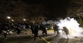 Policía de Minneapolis reprime protestas contra el abuso policial.