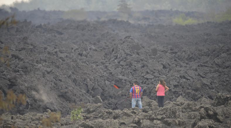 Personas observan el flujo de lava del volcán de Pacaya, en la aldea El Patrocinio, en el municipio de San Vicente Pacaya, en el departamento de Escuintla, Guatemala