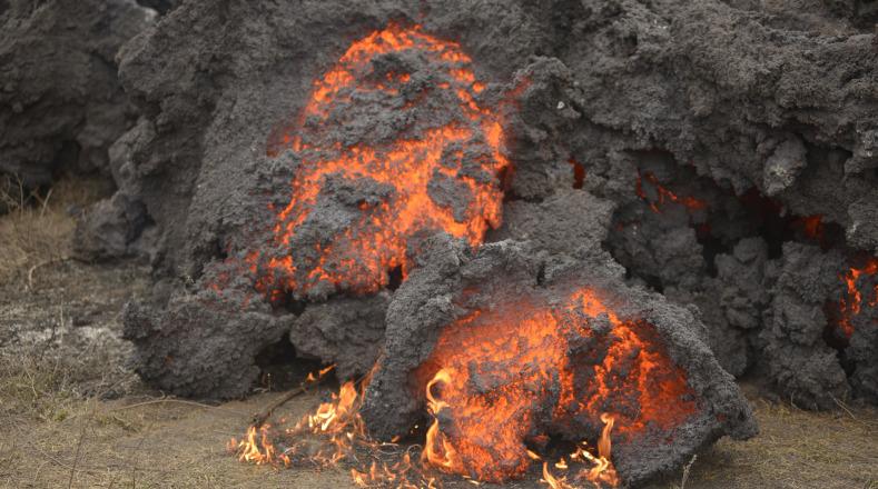 El ejército de Guatemala colaboró con la municipalidad de San Vicente Pacaya para desviar el flujo de lava que amenaza a la comunidad de El Patrocinio.