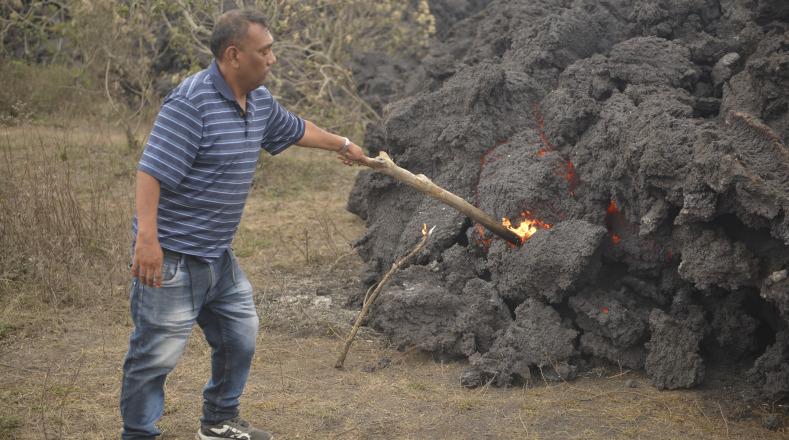 Las autoridades aclararon que el flujo de lava únicamente se detendrá cuando el volcán deje de hacer erupción.