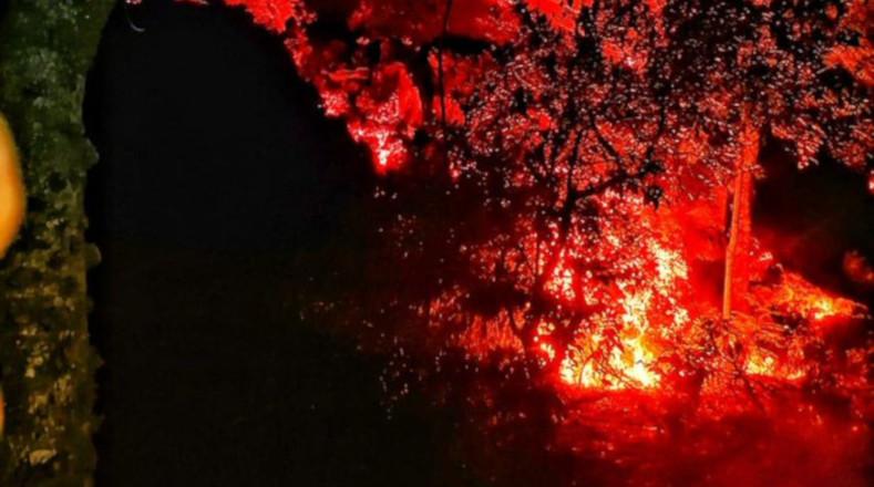 El volcán de Pacaya, ubicado unos 50 kilómetros al sur de la capital de Guatemala, continúa con su actividad emitiendo una columna de ceniza y gases.
