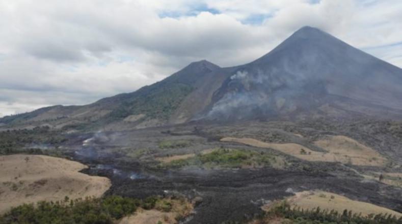 Vista panorámica del volcán de Pacaya en un momento de aparente inactividad.