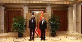 Los representantes en asuntos climáticos de China Xie Zhenhua y de EE.UU. John Kerry al termino de los diálogos en Shanghai