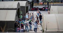 Personas esperan para recibir atención en un hospital de campaña para pacientes covid-19 en la ciudad de Caracas.