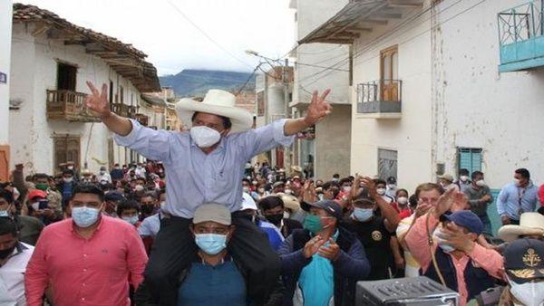 .Según una encuestadora privada Castillo alcanza una intención de votos del 42 por ciento, mientras que la candidata derechista, Keiko Fujimori acumularía el 31 porciento del electorado.