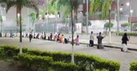 Una cadena de personas clamaba alrededor del centro por que Ecuador sane de la terrible ola de contagios y muertes.