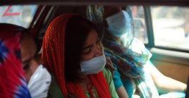 Familiares de un paciente fallecido por la COVID-19 se lamentan en un automóvil, en el Hospital Jaipur Golden, en Nueva Delhi.