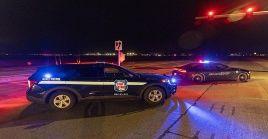 Policías bloquean el acceso al Casino mientras investigan el tiroteo dentro del local de juegos.