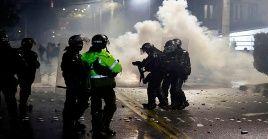 Policías arremeten contra manifestantes en la ciudad colombiana de Palmira.