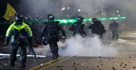 Agentes de la Esmad reprime a manifestantes en la capital Bogotá.