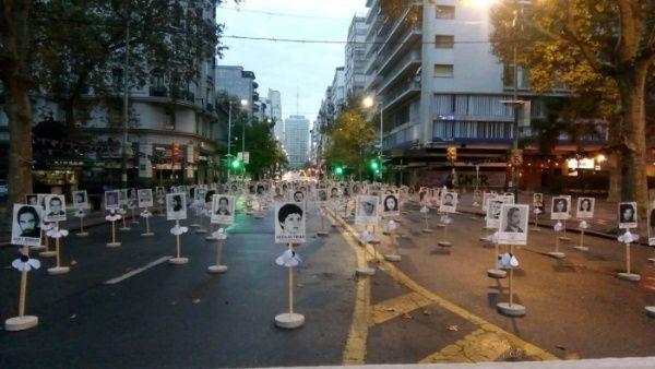 En Montevideo (capital) se colocaron en la Avenida 18 de Julio las fotos de los desaparecidos con las margaritas alegóricas a las víctimas de la dictadura.