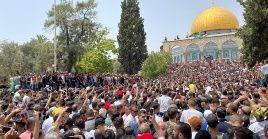 Cientos de palestinos acudieron a la Explanada de las Mezquitas cantando sus canciones de fe y portando banderas.