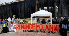 Antes del debate contra Diego Molano, decenas de personas se manifestaron en la Plaza de Bolívar de Bogotá.