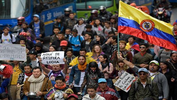 En ciudades como Medellín y Bucaramanga los estudiantes también salieron a las calles, con pancartas y cánticos.