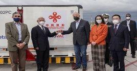El lote de vacunas recibido por el vicepresidente de Ecuador, la ministra de Salud, el canciller ecuatoriano y el embajador de China.