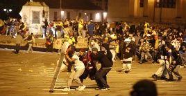 Manifestantes se enfrenta con el Esmad en la céntrica Plaza de Bolívar en Bogotá.