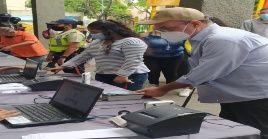El presidente del CNE visita un centro de inscripción de votantes en la capital venezolana.