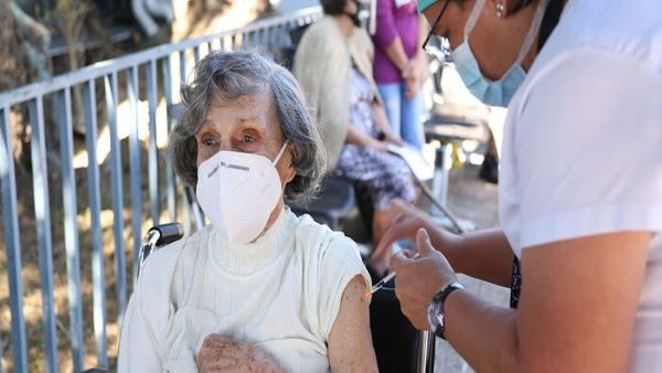 La titular de la OPS advirtió que hasta que la mayor parte de la población no estuviera inmunizada no podían relajarse las provisiones.