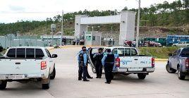 Funcionarios policiales ingresan a la cárcel de La Tolva para intentar contralar la riña.