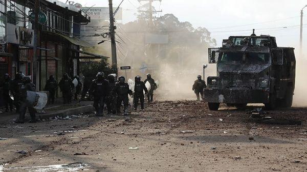 Agentes del Esmad atacan a manifestantes en la ciudad colombiana de Cali.
