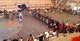 Miles de refugiados siguen sin poder regresar a sus hogares en Puerto Príncipe (capital) refugiándose en centros deportivos.