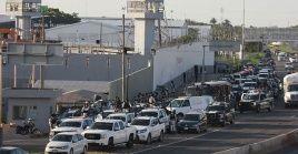 Elementos policiales y de seguridad ingresan al penal para retomar el control de la penitenciaria.