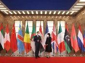 Berlín, igual que en el siglo XIX, sirve de sede a una conferencia sobre los destinos de un país africano, invadido por potencias extracontinentales como EE.UU. y Francia.