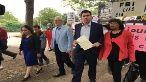 Varios parlamentarios se concentraron a las afueras de la prisión donde se encuentra Julian Assange para entregar una misiva.