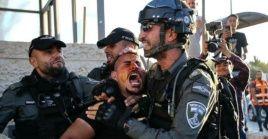 Fuerzas de ocupación israelíes asaltan a un joven palestino y lo rocían con gas pimienta en el área de la Puerta de Damasco, Jerusalén.