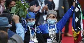 Junto a Loncon subió al estrado la machi Francisca Linconao, autoridad ancestral del pueblo mapuche y también delegada.
