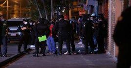 Efectivos de la Policía Nacional de Guatemala se encuentran afuera de la discoteca donde ocurrió el incidente.