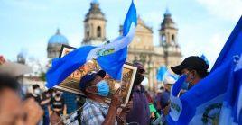 Con pancartas contra el mandatario, los manifestantes se concentraron frente al Palacio Nacional de la Cultura para exigir la dimisión de Giammattei.