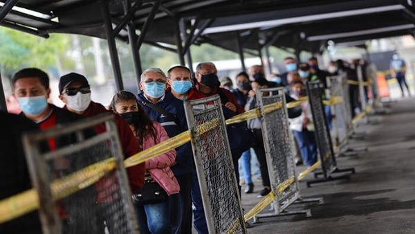 Colombianos esperan su turno para ser vacunados contra el coronavirus, en un centro de vacunación en la capital colombiana.