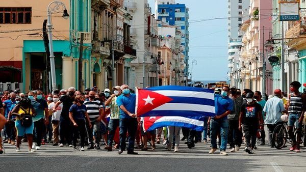 Cubanos marchan en La Habana en contra de la campaña de descredito hacia el Gobierno del país caribeña.
