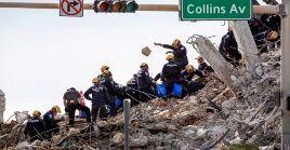 Equipos de bomberos y rescatistas siguen en la búsqueda de cadáveres en los escombros del edificio.