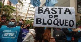 Pese a algunas intimidaciones de carabineros, los chilenos no se amilanaron y también se concentraron en la Embajada de Cuba en Santiago.