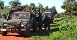 Militares paraguayos revisan la zona del ataque armado.