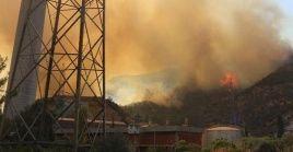 Los fuertes vientos llevaron el fuego hacia la central eléctrica de Kemerkoy durante la noche del miércoles.