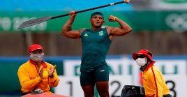 Isaquias Queiroz celebra tras ganar medalla de oro en los 1000m canoa individual masculina en los Juegos Olímpicos 2020.
