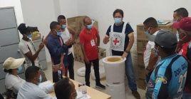Funcionarios de la Cruz Roja en Colombia se reúnen con desplazados un zona rural del departamento de Bolívar.