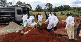 """Representantes de la OMS en el continente alertaron que """"la tercera ola de la pandemia de Covid-19 en África todavía está arrasando con toda su fuerza""""."""