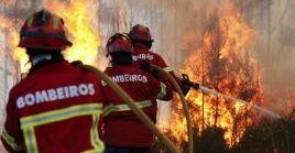 Los bomberos portugueses luchan contra incendio en 14 de los 18 distritos del territorio continental de Portugal.